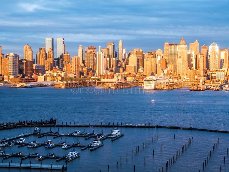 Jachthafen und Skyline stockfotografie
