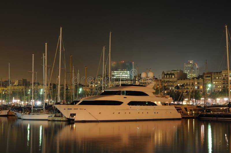 Jachthaven in Barcelona bij nacht royalty-vrije stock afbeeldingen
