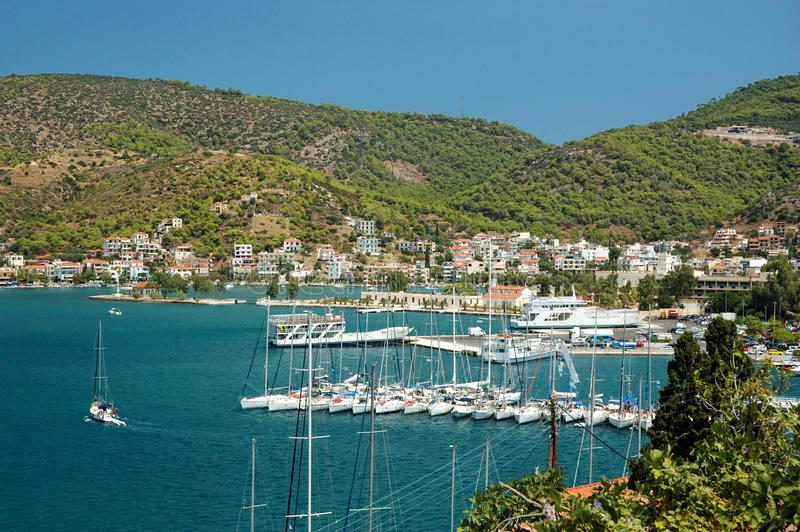 Jachthaven bij eiland Poros in Egeïsche overzees, Griekenland royalty-vrije stock foto