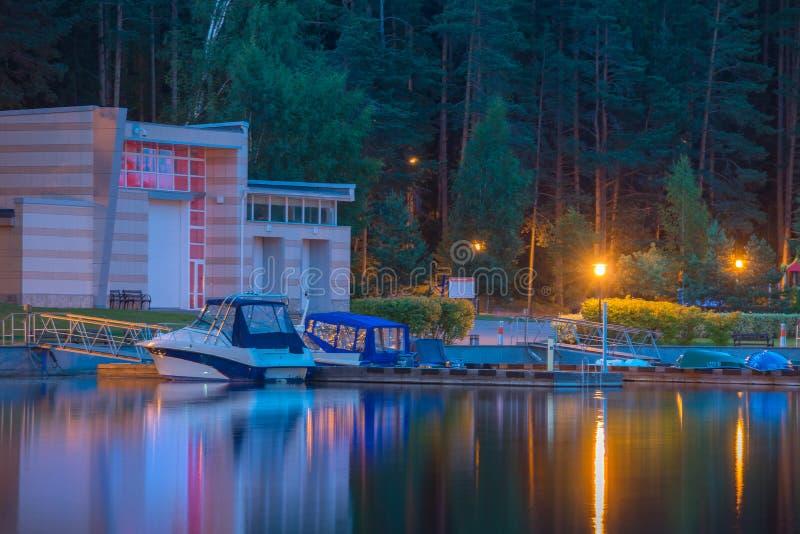 Jachthaven bij nacht stock fotografie