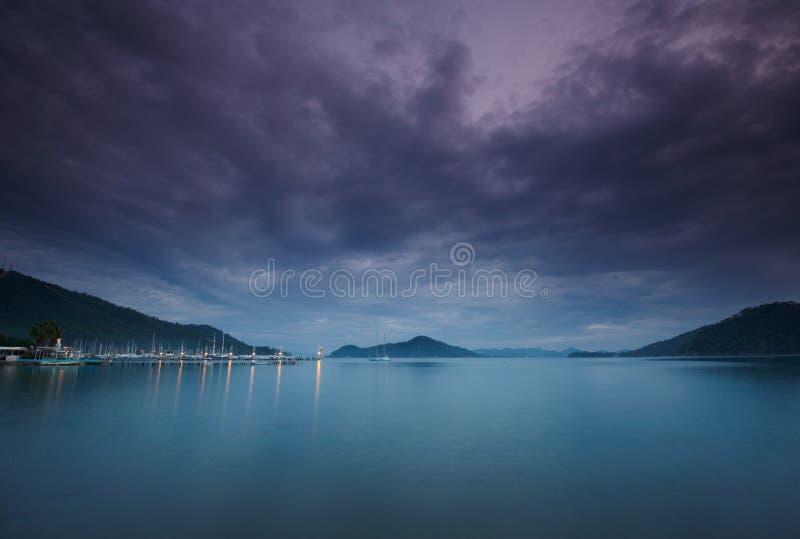 Jachthaven bij nacht met vastgelegde jachten stock foto's