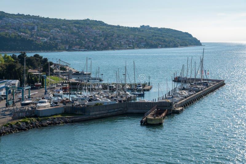 Jachthaven door de oude stad van Koper in Slovenië stock foto's