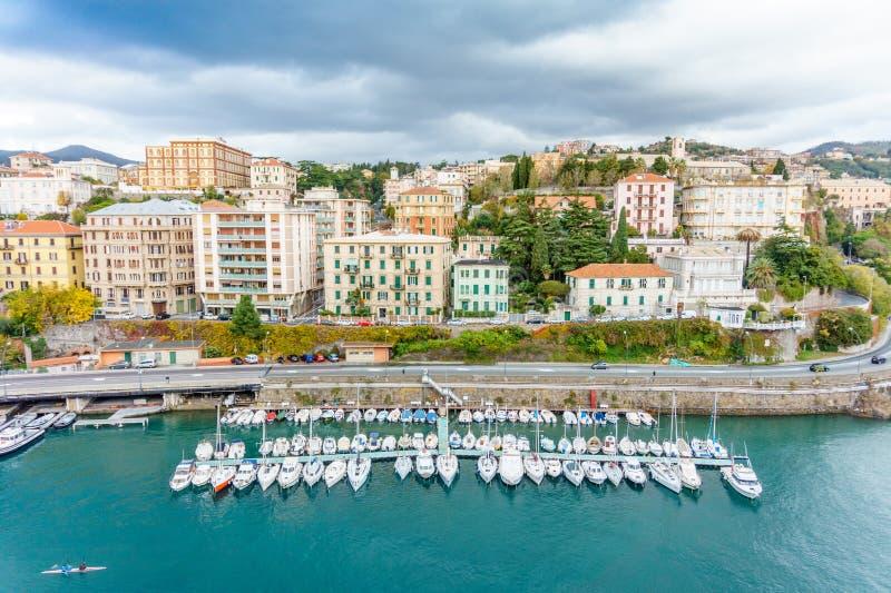 Jachthaven en stads hoogste mening, Savona, Italië stock foto