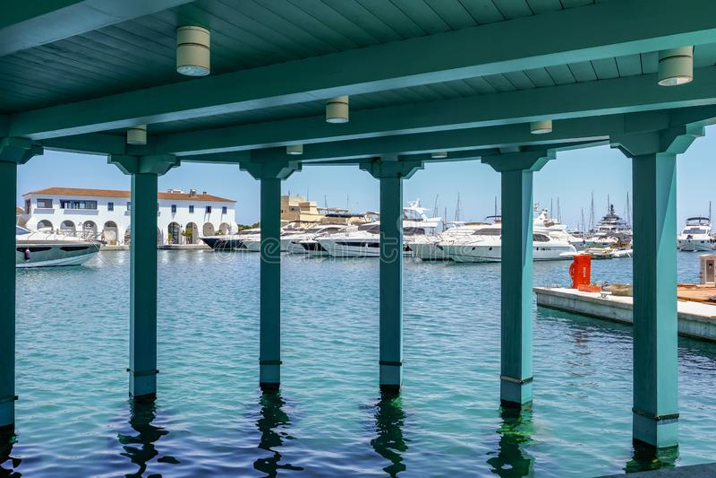 Jachthaven, Limassol, Cyprus - Juni 14, 2018: De boten van de luxemotor, kruisers en yatchs opgesteld in de jachthaven Gezien doo royalty-vrije stock afbeeldingen