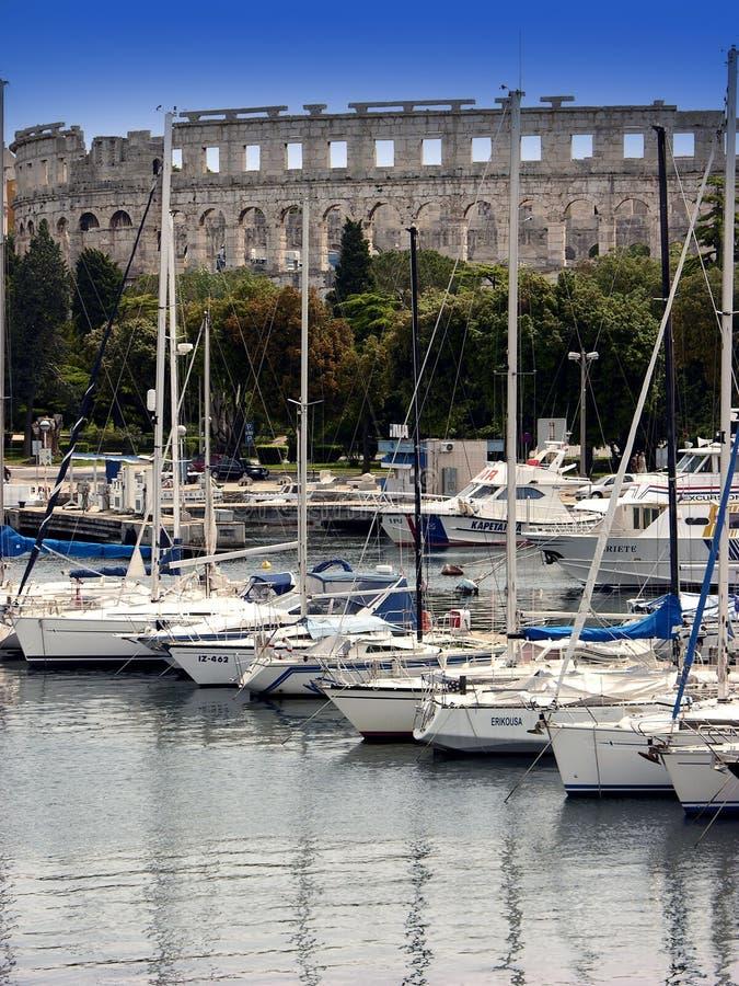 Jachthaven met arena op achtergrond in Pula, Istria royalty-vrije stock afbeelding
