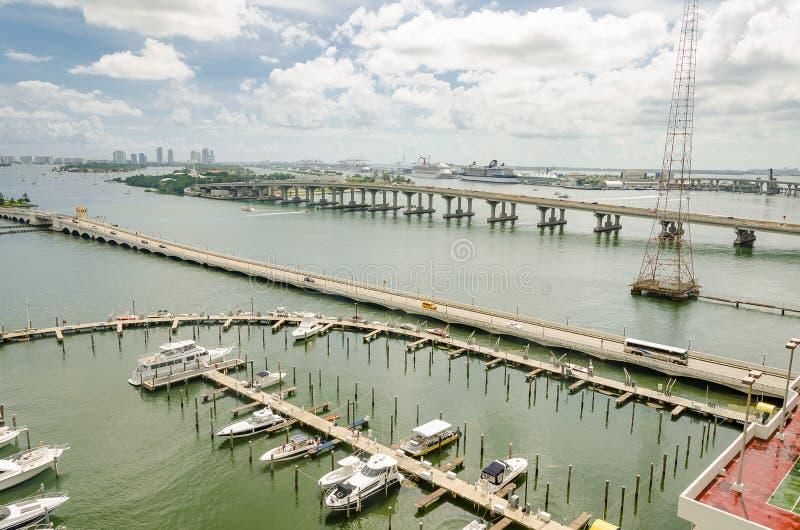 Jachthaven met boten en Horizon van het Zuidenstrand van Miami stock foto