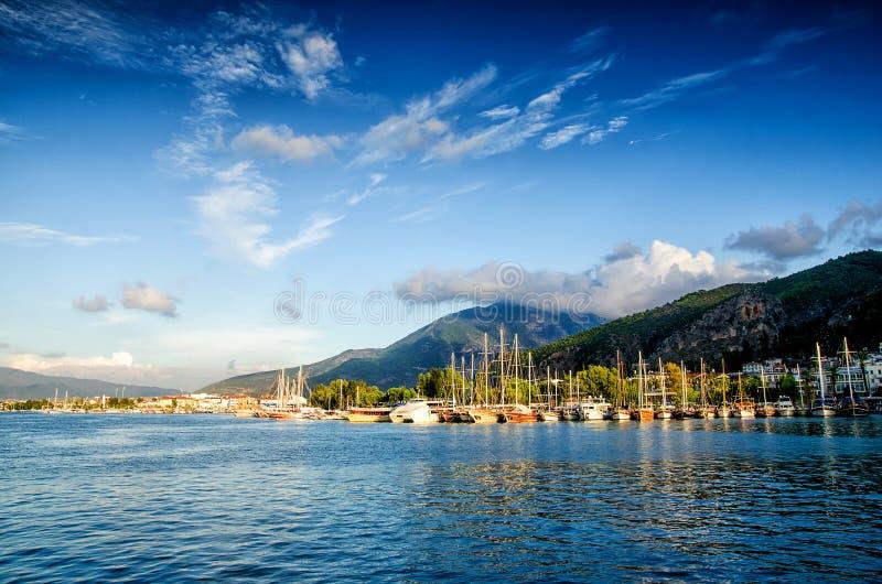 Jachthaven op de blauwe lichte achtergrond van de hemelzonsondergang, het conceptenjachten van de vakantievakantie in de zeehaven stock foto's