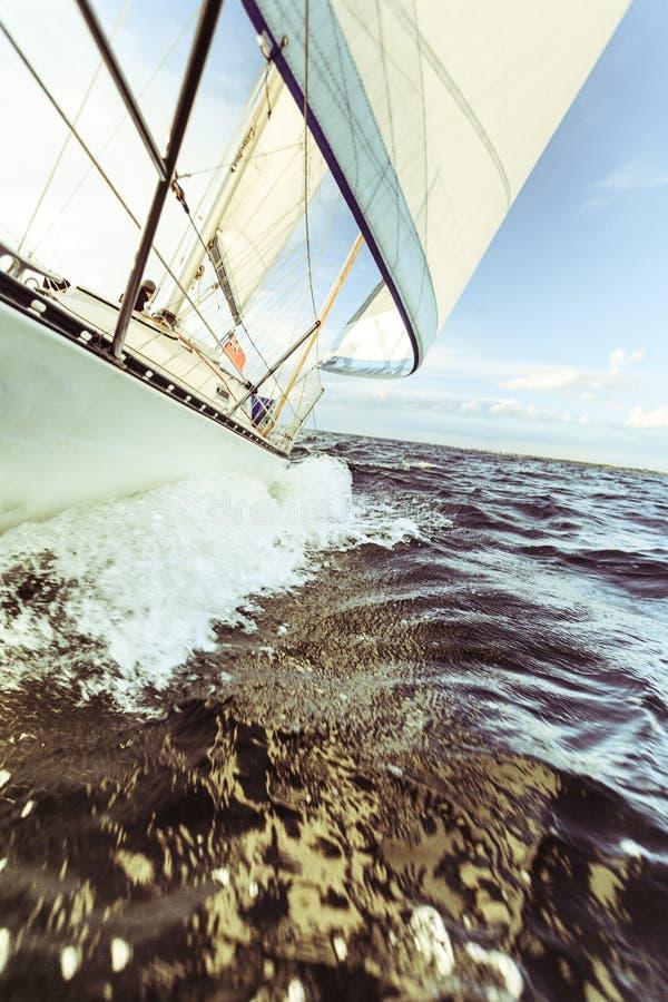 Jachting na żagiel łodzi łęku strzału chełbotania srogo wodzie fotografia stock