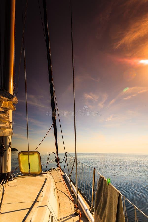 Jachting na ?agiel ?odzi podczas pogodnej pogody fotografia royalty free