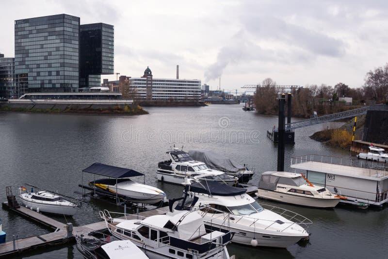 Jachtligplaats op de Rijn-Rivier in Dusseldorf op de achtergrond van het commerciële centrum, Dusseldorf, Duitsland 10 December,  royalty-vrije stock foto