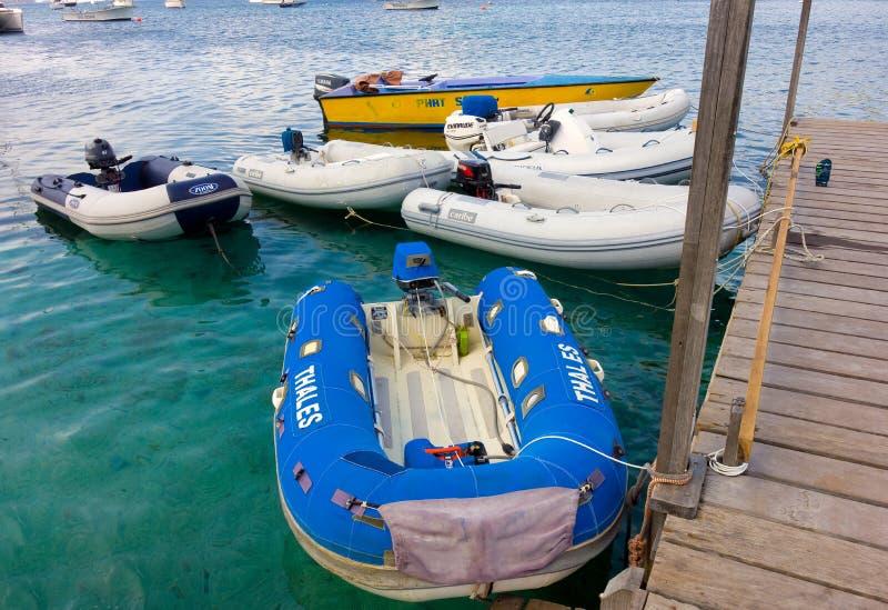 Jachtoffertes en een watertaxi in de Caraïben stock foto