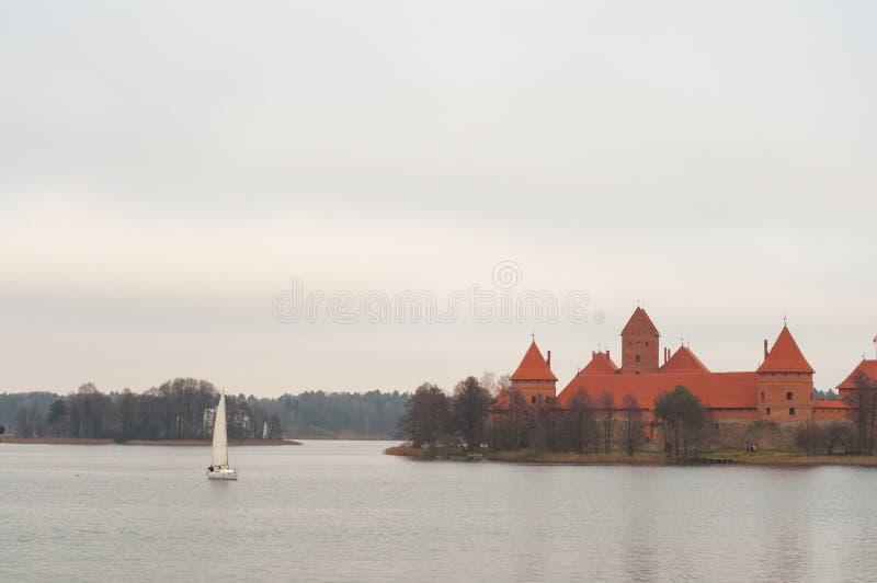 Jachtu żeglowanie przy jeziorem blisko Trakai półwysepa kasztelu muzeum na wyspie Wioska karaimi, Lithuania, Europa Litewski land obrazy royalty free