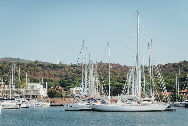 Jachtu parking w schronieniu, schronienie jachtu klub w Marina Di Scarlino obraz royalty free