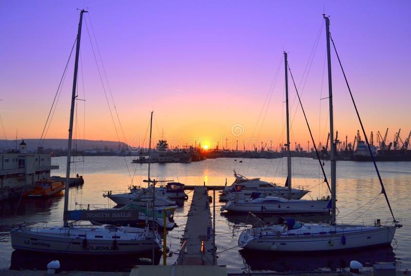 Jachtu portowy i purpurowy zmierzchu niebo obrazy stock
