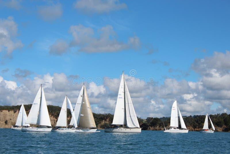 Jachty żegluje na gładkich morzach zdjęcie stock