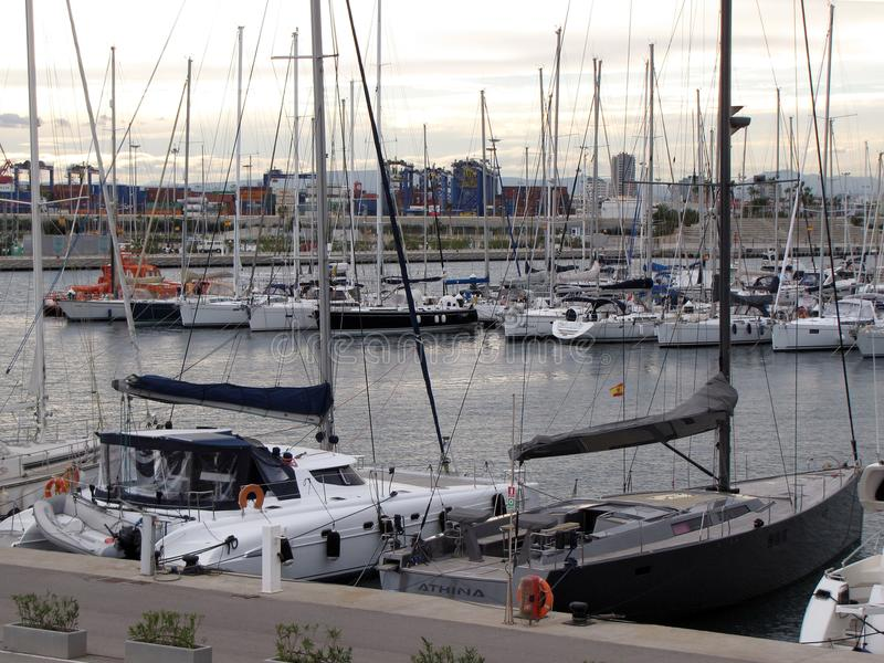Jachty cumowali blisko bulwaru Walencja miasto Hiszpania w jasnym pogodnym wietrznym dniu europejczycy dryftowego morza Śródziemn fotografia royalty free