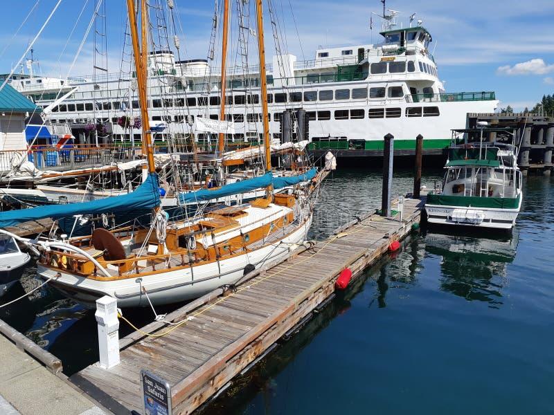 Jachty dokujący przy molem przy Piątkiem Ukrywają na San Juan wyspie fotografia royalty free