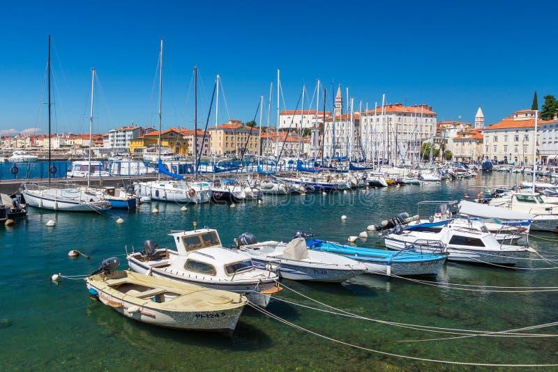 Jachty i łodzie cumowali daleko w marina w Piran zdjęcia stock
