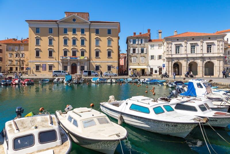 Jachty i łodzie cumowali daleko w marina w Piran obrazy stock