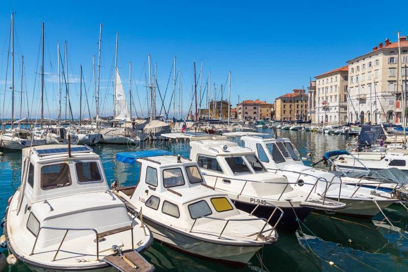Jachty i łodzie cumowali daleko w marina w Piran zdjęcie stock