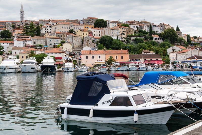 Jachty i łodzie w schronieniu stary chorwacki grodzki Vrsar zdjęcia stock