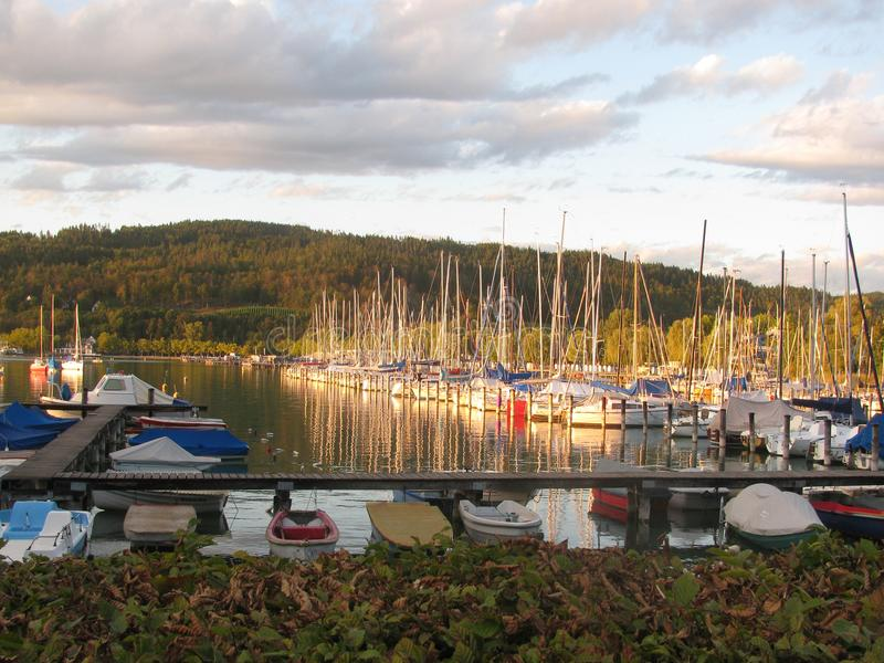 Jachty na jeziorze Klagenfurt Austria obrazy royalty free