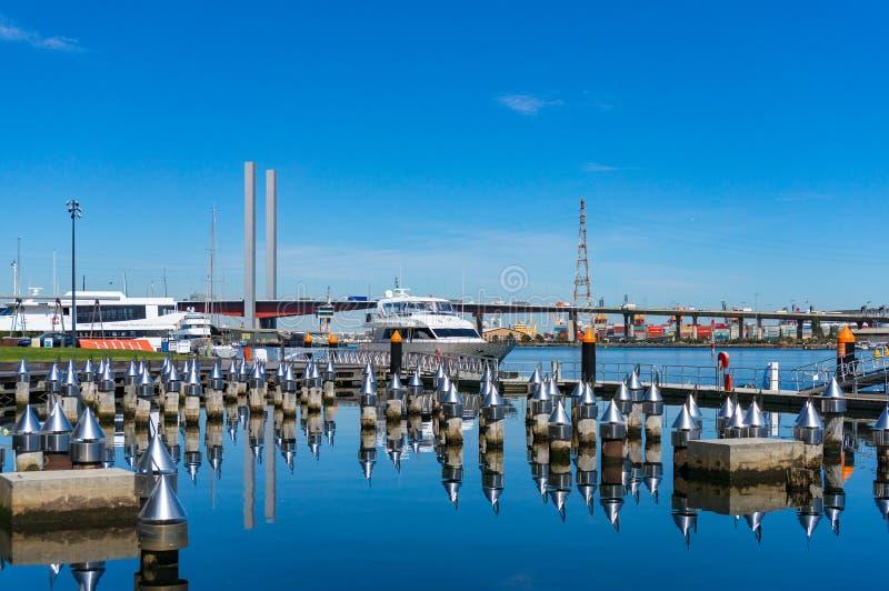 Jachty na kuszetce z Bolte mostem przez Yarra rzekę w Dockland obraz royalty free