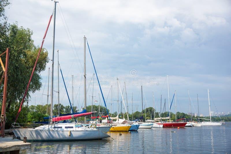 Jachty na rzecznym molu przeciw tłu burzowy niebo zdjęcie royalty free