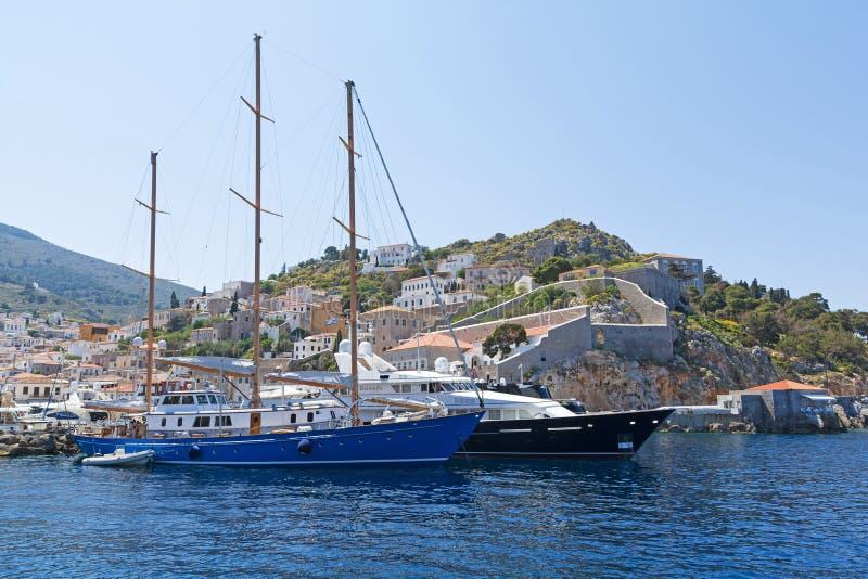 Jachty przy hydry wyspą fotografia stock