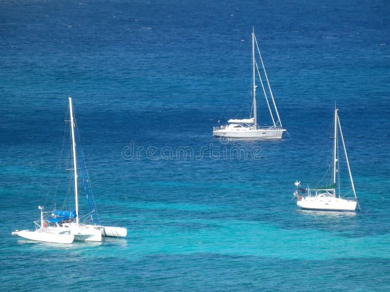 Jachty przy kotwicą w admiralici zatoce obrazy stock