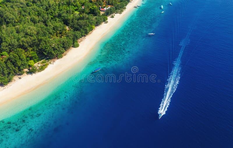Jachty przy morzem w Bali, Indonezja Widok z lotu ptaka luksusowa sp?awowa ??d? na przejrzystej turkus wodzie przy s?onecznym dni zdjęcie royalty free