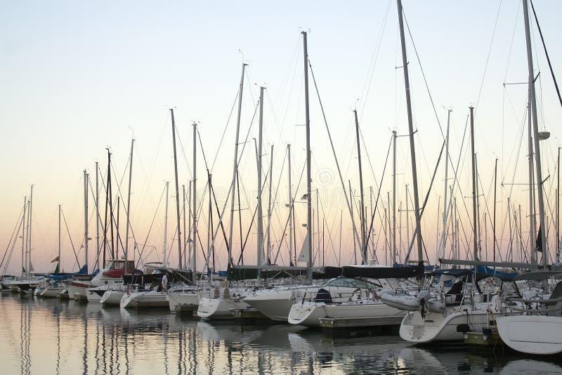 Jachty w porcie przy półmrokiem fotografia stock