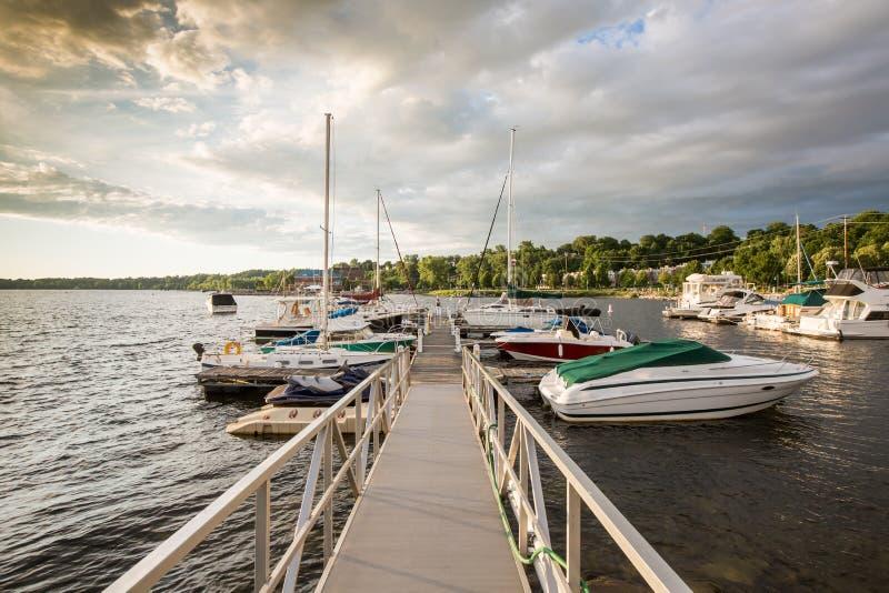 Jachty w schronieniu Burlington Vermonte przy zmierzchem zdjęcie stock