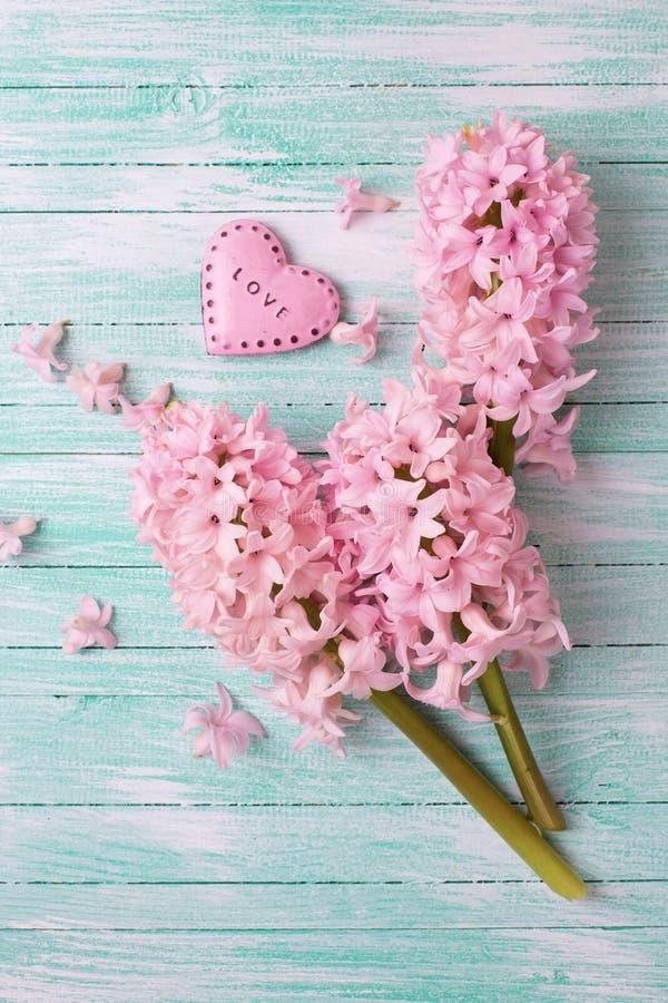 Download Jacintos Frescos Y Corazón Rosado Decorativo Foto de archivo - Imagen de corazón, pastel: 64205110