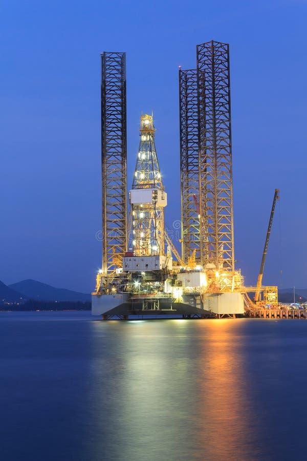 Jack επάνω στην εγκατάσταση γεώτρησης γεώτρησης πετρελαίου στο ναυπηγείο στοκ φωτογραφία με δικαίωμα ελεύθερης χρήσης