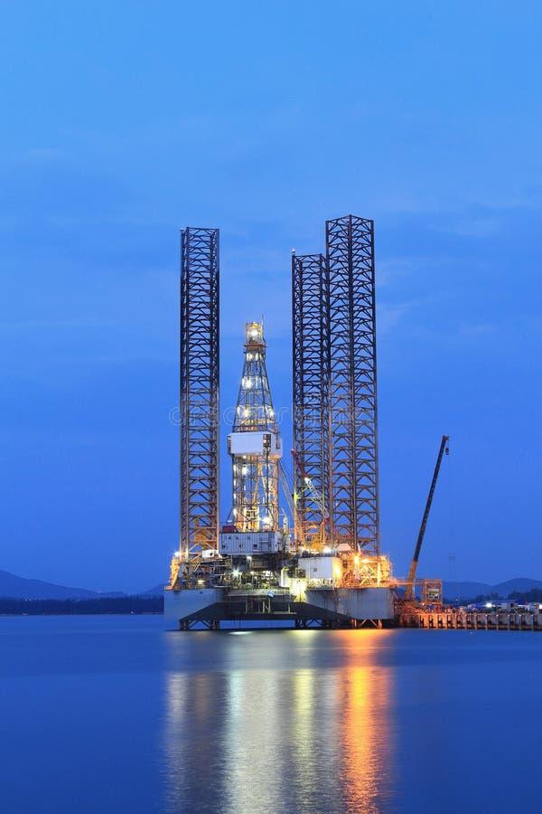Jack επάνω στην εγκατάσταση γεώτρησης γεώτρησης πετρελαίου στο ναυπηγείο για τη συντήρηση στοκ εικόνες
