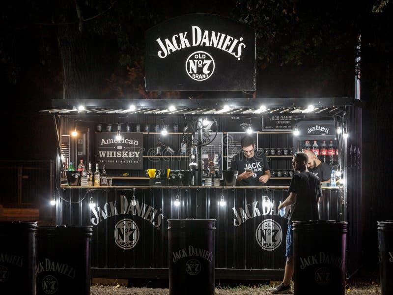 Jack Daniel logo na tarasie sponsorowany bar w Belgrade Jack Daniel jest Amerykańskim whisky destylarnią od Tennessee obrazy stock