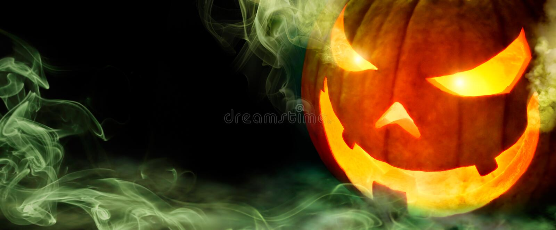 Jack o lampion z zieleń dymem na czerni obraz stock