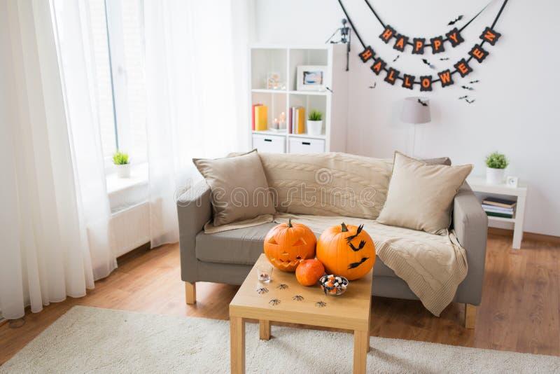 Jack-o-linterna y decoraciones de Halloween en casa imagenes de archivo