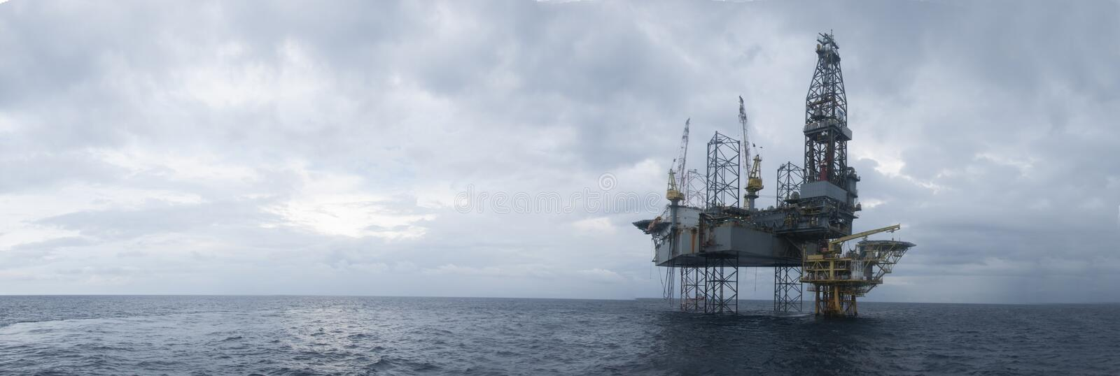 Jack Up Drilling Rig Over offshore la cima di petrolio e di gas fotografie stock libere da diritti