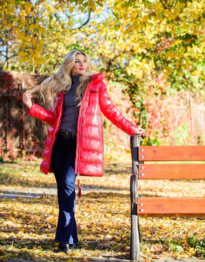 Jacke f?r Herbstsaisonkonzept M?dchen tragen rote helle warme Jacke Fallmodekonzept Dame attraktiver Fashionista lizenzfreies stockbild