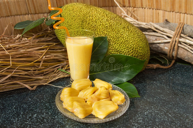 Jackfruitsap in een glas Verse zoete jackfruitplakken op een glasplaat royalty-vrije stock fotografie