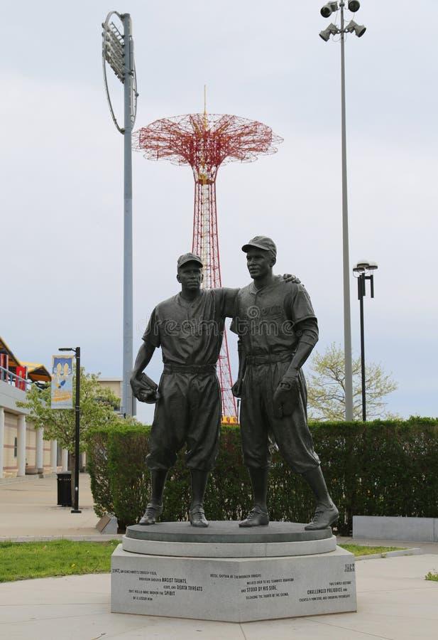 Jackie Robinson i siuśki Reese Maleńka statua przed MCU boiskiem w Brooklyn zdjęcie stock