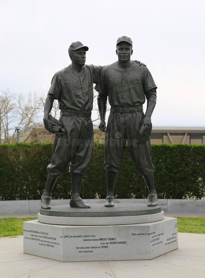 Jackie Robinson i siuśki Reese Maleńka statua przed MCU boiskiem w Brooklyn zdjęcie royalty free