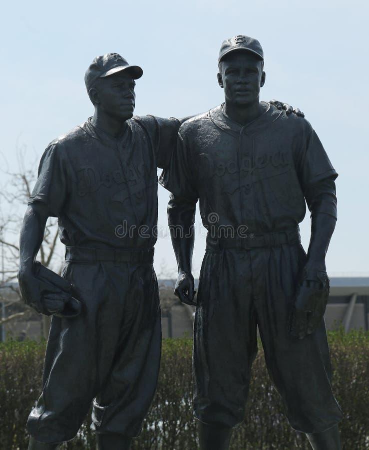 Jackie Robinson i siuśki Reese Maleńka statua przed MCU boiskiem w Brooklyn obraz stock