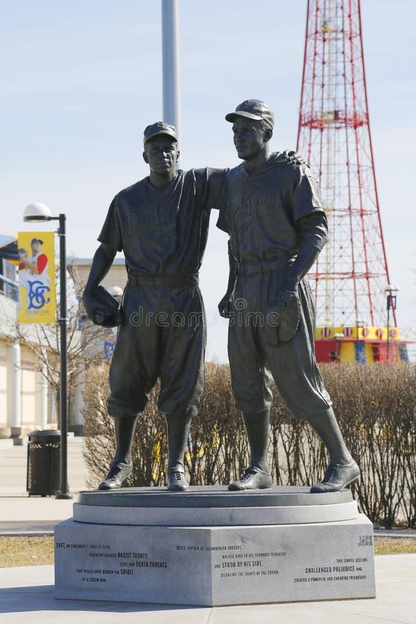 Jackie Robinson i siuśki Reese Maleńka statua w Brooklyn przed MCU boiskiem zdjęcia royalty free