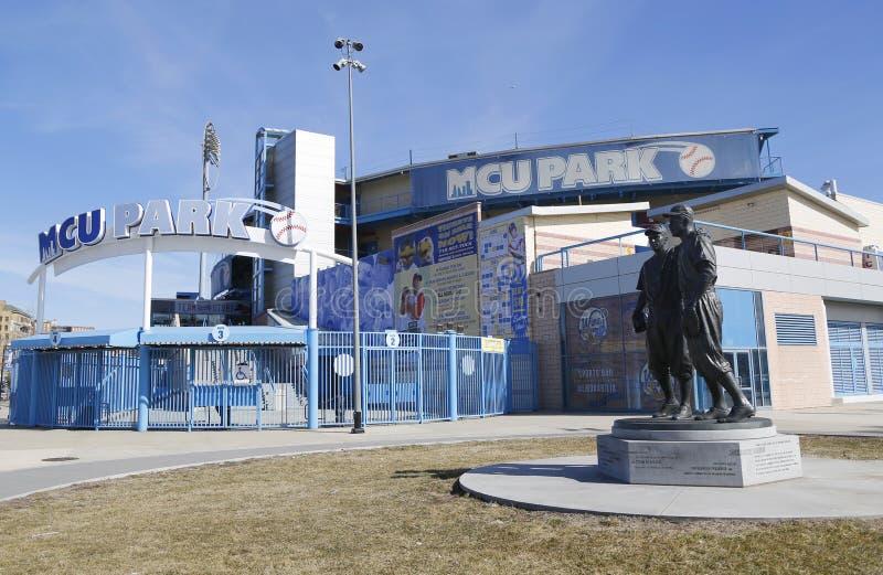 Jackie Robinson i siuśki Reese Maleńka statua w Brooklyn przed MCU boiskiem obraz royalty free