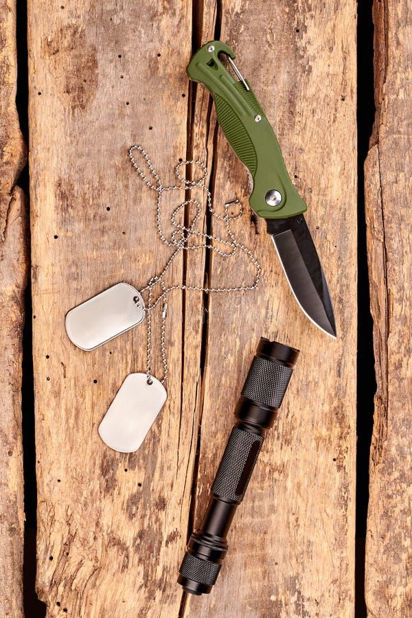 Jackknife, регистрационные номера собаки и электрофонарь, взгляд сверху стоковое изображение