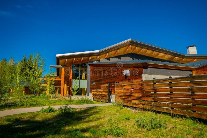 Jackson Hole, Вайоминг США 23-ье мая 2018: Внешний взгляд деревянного здания центра для посетителей открытия craig Томаса, стоковая фотография