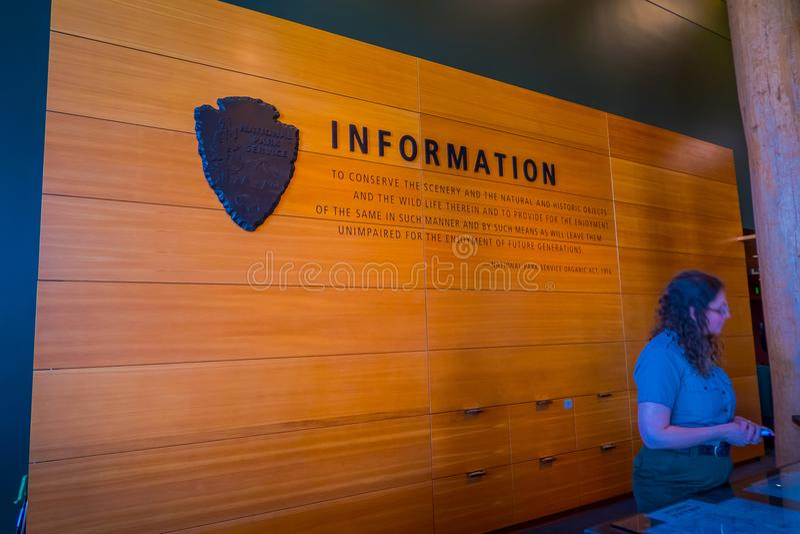 Jackson Hole, Вайоминг США 23-ье мая 2018: Неопознанная женщина на справочном столе в центре для посетителей открытия Craig Томас стоковые изображения rf